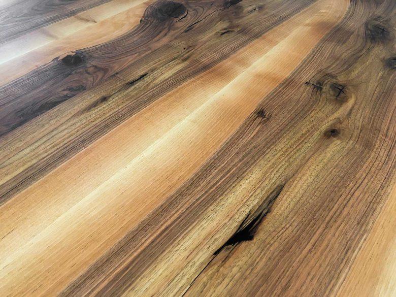 Nussbaum Baumkanten Tisch